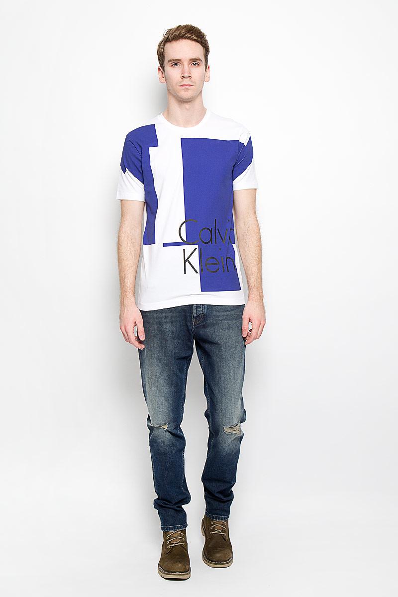 Футболка мужская Calvin Klein Jeans, цвет: белый, синий, черный. J3IJ303638_1180. Размер L (48/50)J3IJ303638_1180Стильная мужская футболка Calvin Klein Jeans, выполненная из высококачественного эластичного хлопка, обладает высокой теплопроводностью, воздухопроницаемостью и гигроскопичностью, позволяет коже дышать.Модель с круглым вырезом горловины и короткими рукавами, оформлена оригинальным принтом с надписью Calvin Klein.Такая модель будет дарить вам комфорт в течение всего дня и послужит замечательным дополнением к вашему гардеробу.