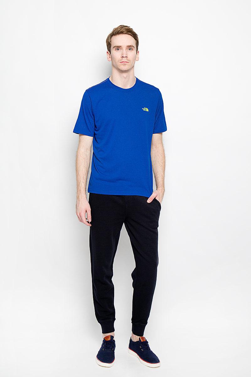 Футболка для фитнеса мужская The North Face M RXN AMP CREW, цвет: синий. T0CE0QEKV. Размер XL (50/52)T0CE0QEKVЛегкая мужская футболка для фитнеса The North Face M RXN AMP CREW выполнена из полиэстера. Материал обеспечивает отведение влаги на поверхность и способствует ее быстрому испарению. Такая футболка превосходно подойдет для занятий спортом и активного отдыха. Модель с короткими рукавами и круглым вырезом горловины оформлена логотипом бренда. Модель подарит вам комфорт в течение всей тренировки и послужит замечательным дополнением к вашему спортивному гардеробу.