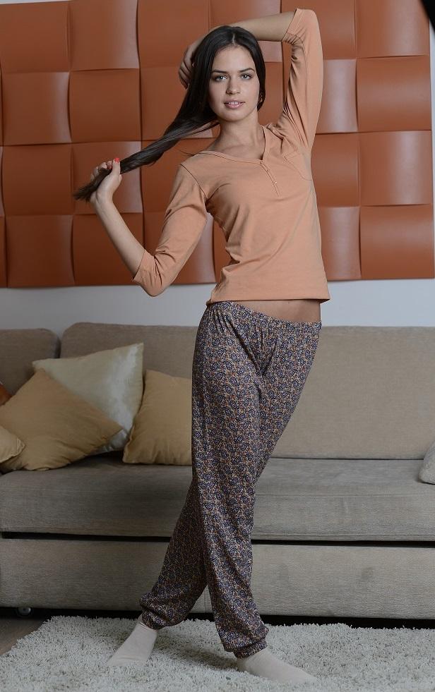 Костюм домашний женский Alla Buone: лонгслив, брюки, цвет: светло-коричневый, мультиколор. 8006. Размер S (42/44)8006Женский домашний костюм Alla Buone состоит из лонгслива и брюк.Лонгслив с V-образным вырезом горловины и рукавами 3/4, изготовленный из эластичного хлопка, оформлен спереди декоративными пуговицами и дополнен нагрудным накладным карманом.Брюки из натурального хлопка с эластичным поясом оформлены оригинальным принтом. Низ брюк присборен на резинки.