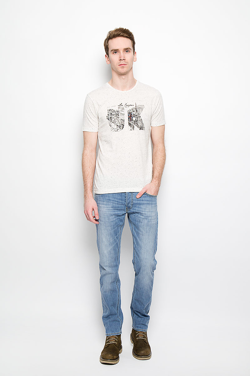 Джинсы мужские Lee Daren, цвет: голубой. L706BHRL. Размер 29-32 (44/46-32)L706BHRLСтильные мужские джинсы Lee Daren - джинсы высочайшего качества, которые прекрасно сидят. Модель слегка зауженного кроя и средней посадки изготовлена из натурального хлопка с добавлением эластана, не сковывает движения и дарит комфорт.Джинсы на талии застегиваются на металлическую пуговицу, а также имеют ширинку на пуговицах и шлевки для ремня. Спереди модель дополнена двумя втачными карманами и одним накладным маленьким кармашком, а сзади - двумя большими накладными карманами. Изделие оформлено эффектом потертости.Эти модные и в тоже время удобные джинсы помогут вам создать оригинальный современный образ. В них вы всегда будете чувствовать себя уверенно и комфортно.