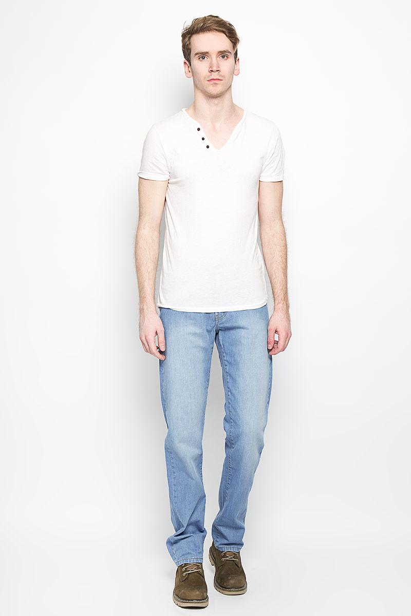 Джинсы мужские F5, цвет: голубой. 160121_0965. Размер 30-32 (46-32)160121_0965Мужские джинсы F5 станут стильным дополнением к вашему гардеробу. Изготовленные из натурального хлопка, они тактильно приятные, позволяют коже дышать.Джинсы прямого кроя застегиваются на поясе на металлическую пуговицу и имеют ширинку на застежке-молнии, а также шлевки для ремня. Спереди расположены два втачных кармана и один маленький накладной, сзади - два накладных кармана. Изделие оформлено эффектом потертости, декорировано металлическими клепками и контрастной прострочкой.Современный дизайн и расцветка делают эти джинсы модным предметом мужской одежды. Такая модель подарит вам комфорт в течение всего дня.