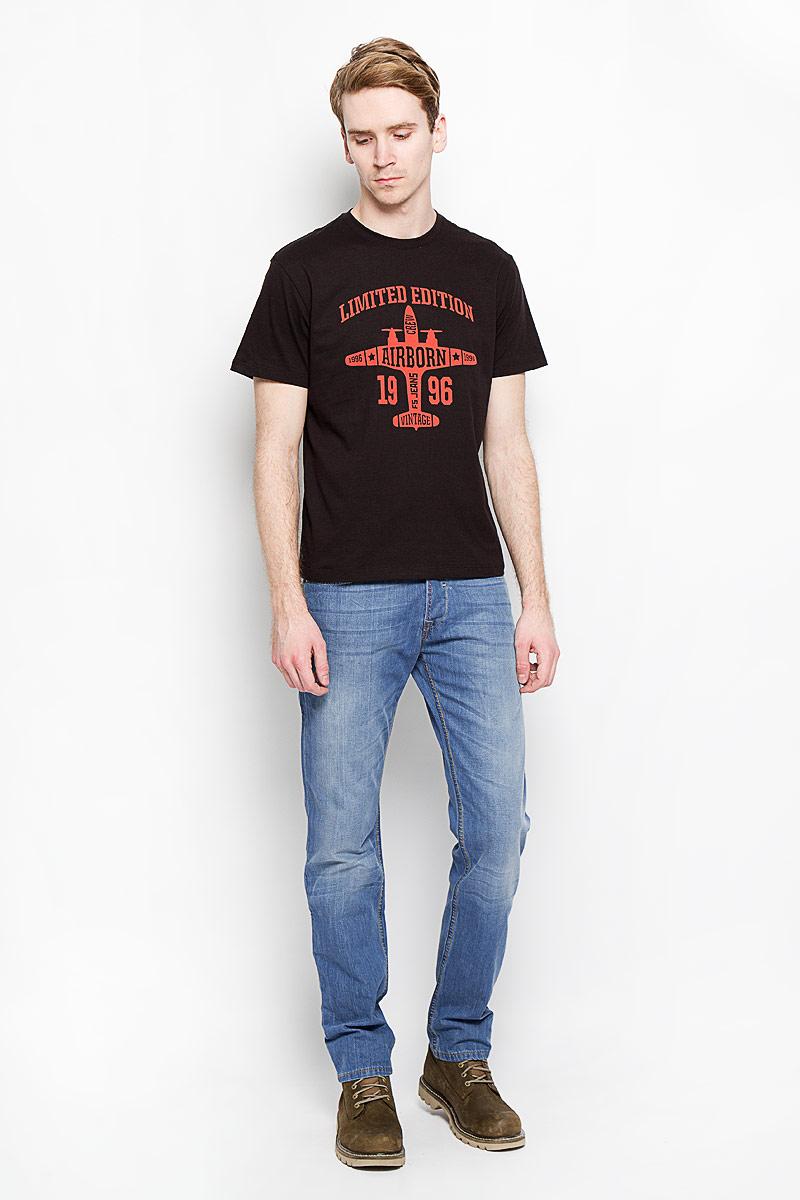 Джинсы мужские F5, цвет: светло-синий. 150001_09330. Размер 31-32 (46/48-32)150001_09330Стильные мужские джинсы F5 - джинсы высочайшего качества, которые прекрасно сидят. Модель слегка зауженного кроя и средней посадки изготовлена из высококачественного хлопка, не сковывает движения и дарит комфорт.Джинсы на талии застегиваются на металлическую пуговицу, а также имеют ширинку на металлических пуговицах и шлевки для ремня. Спереди модель дополнена двумя втачными карманами и одним накладным маленьким кармашком, а сзади - двумя большими накладными карманами. Изделие оформлено эффектом потертости и контрастной отстрочкой. Эти модные и в тоже время удобные джинсы помогут вам создать оригинальный современный образ. В них вы всегда будете чувствовать себя уверенно и комфортно.