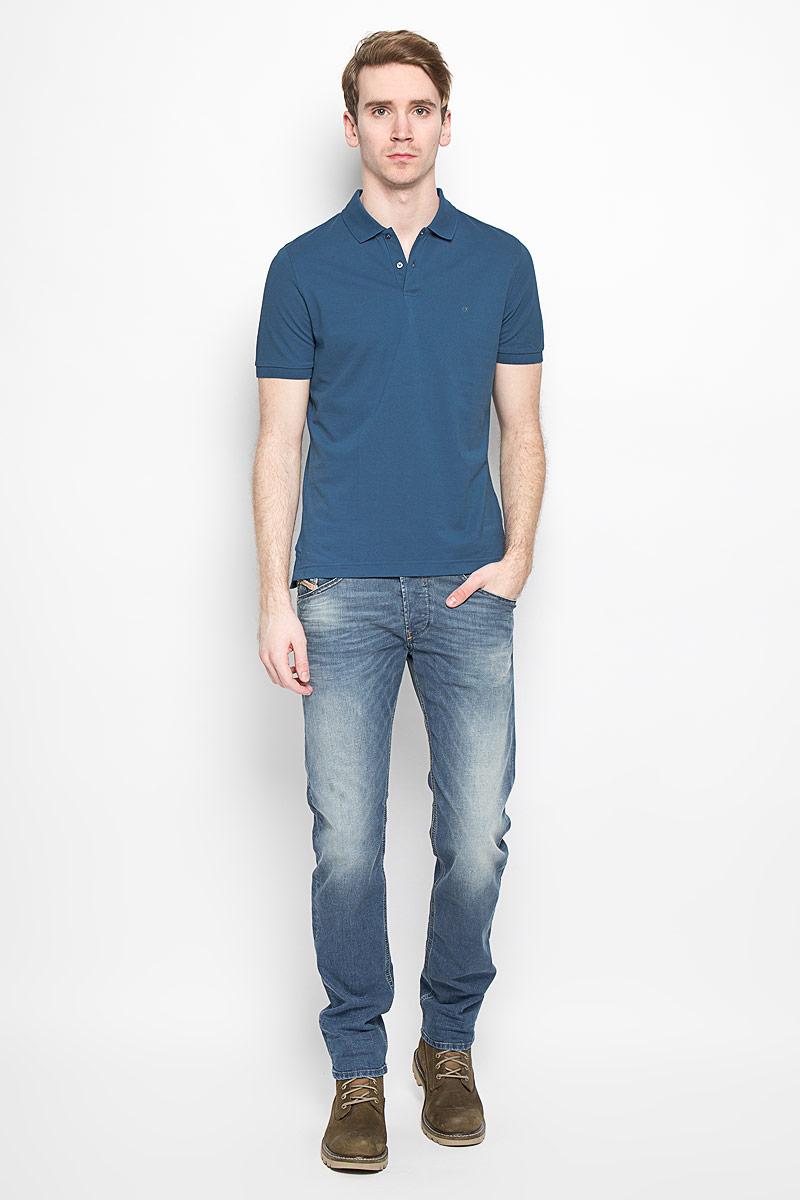 Поло мужское Calvin Klein Jeans, цвет: темно-синий. K3EK300054_4920. Размер L (48/50)K3EK300054_4920Мужская футболка-поло Calvin Klein поможет создать отличный современный образ. Модель изготовлена из натурального хлопка, очень мягкая, тактильно приятная, не сковывает движения и хорошо пропускает воздух.Футболка-поло с отложным воротником и короткими рукавами застегивается сверху на две пуговицы. Воротник и края рукавов выполнены из трикотажной резинки. Спинка изделия слегка удлинена. По бокам предусмотрены небольшие разрезы. Футболка украшена вышитым логотипом бренда. Такая модель отлично подойдет для повседневной носки и подарит вам комфорт в течение всего дня!