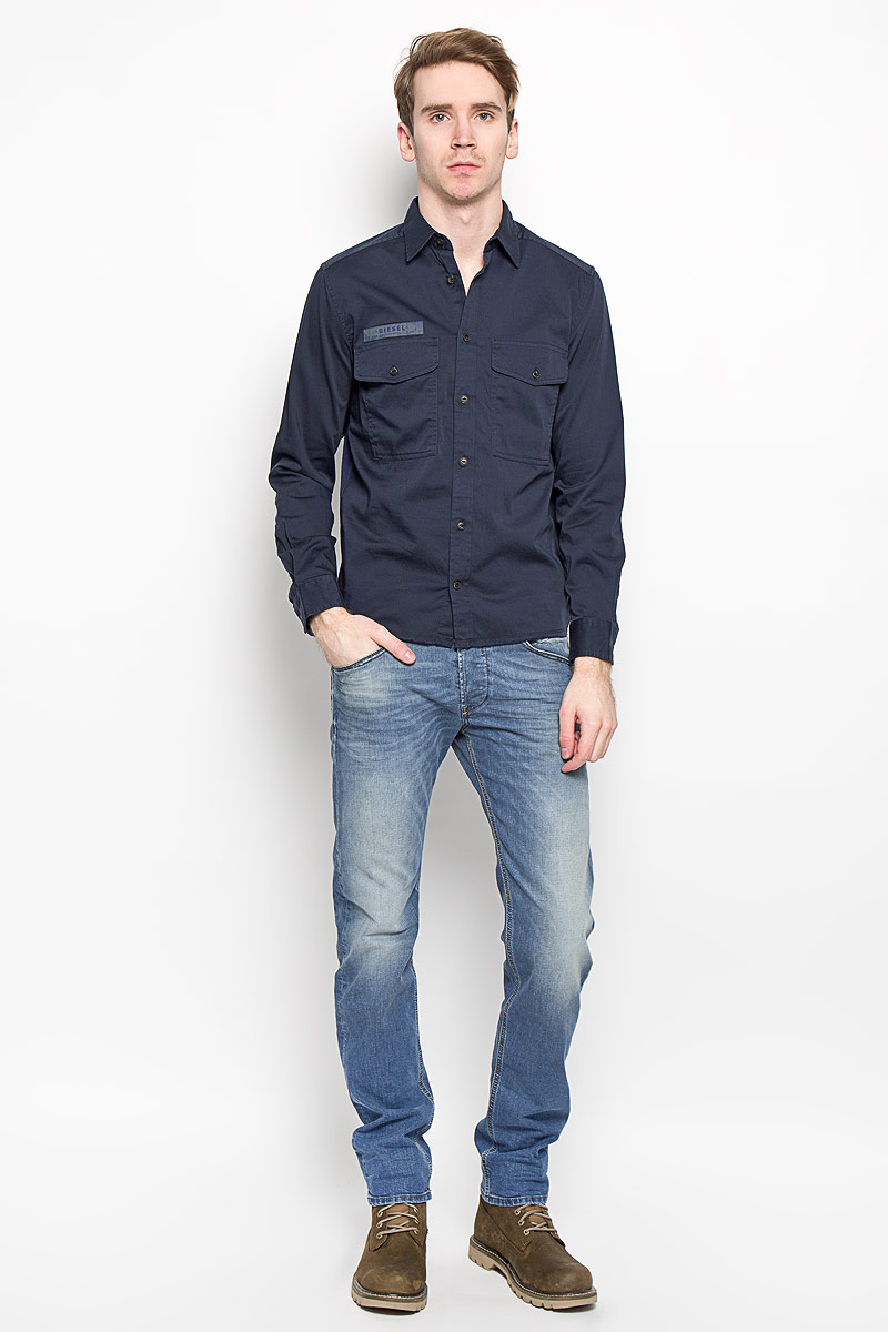 Рубашка мужская Diesel, цвет: темно-синий. 00SP4M-0HAKG/81E. Размер M (46)00SP4M-0HAKG/81EСтильная мужская рубашка Diesel, выполненная их хлопка с добавлением эластана, обладает высокой воздухопроницаемостью и гигроскопичностью, позволяет коже дышать, тем самым обеспечивая наибольший комфорт при носке даже самым жарким летом.Модель с длинными рукавами и отложным воротником застегивается на пуговицы по всей длине. Спереди рубашка дополнена двумя накладными карманами, которые застегиваются на пуговицы, а также декоративной нашивкой с названием бренда. Эта модная и удобная рубашка послужит замечательным дополнением к вашему гардеробу.