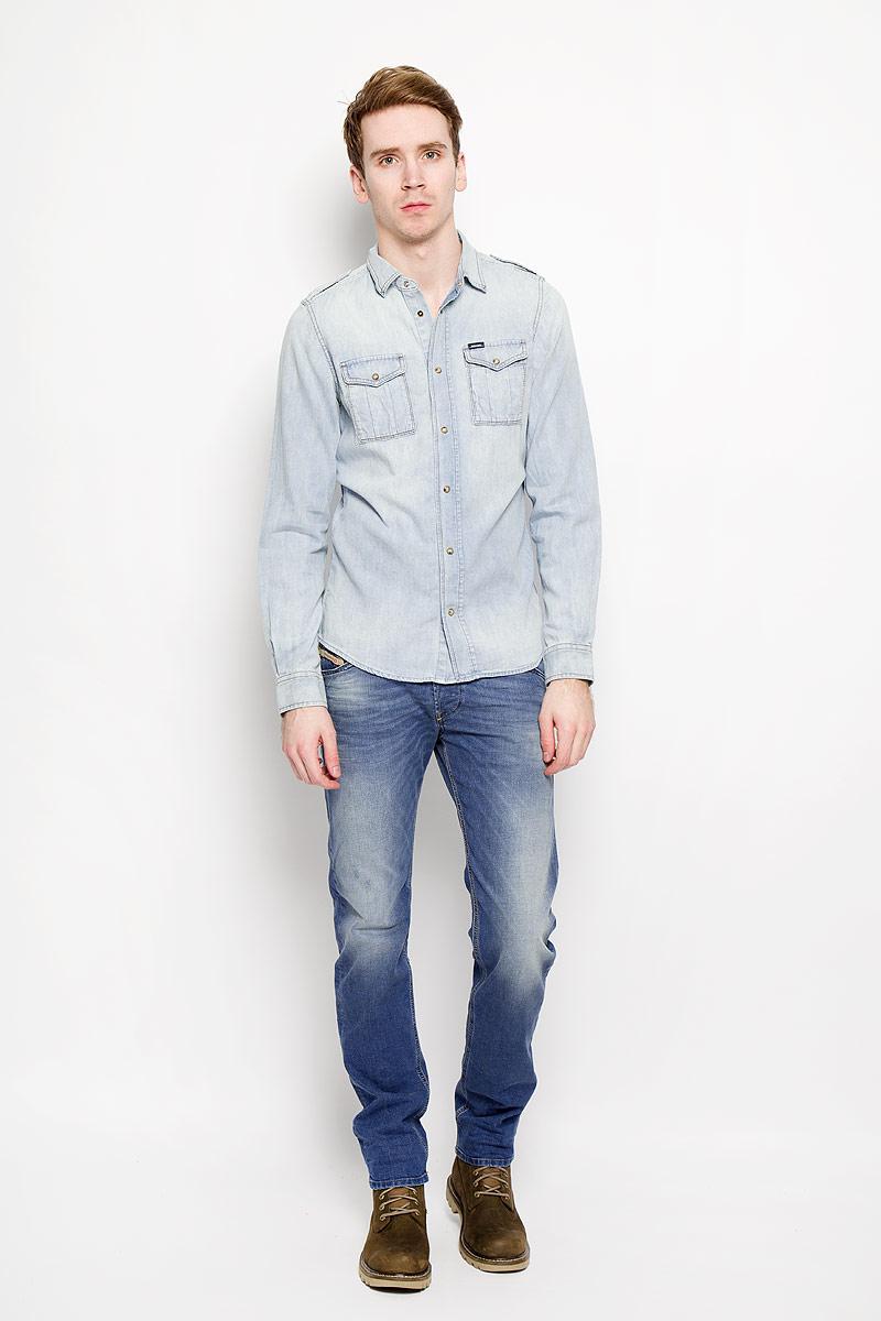 Рубашка муж. Diesel, цвет: голубой. 00SNKB-0IALD. Размер S (44)00SNKB-0IALDСтильная мужская рубашка Diesel станет прекрасным дополнением к вашему гардеробу. Рубашка выполнена из натурального хлопка, обладает высокой теплопроводностью, воздухопроницаемостью и гигроскопичностью, позволяет коже дышать, тем самым обеспечивая наибольший комфорт при носке даже жарким летом. Модель приталенного силуэта с длинными рукавами, полукруглым низом и отложным воротником застегивается на кнопки. Передняя сторона изделия дополнена двумя накладными кармашками, которые застегиваются клапанами на кнопки. Рукава дополнены широкими манжетами на кнопках.Такая рубашка будет дарить вам комфорт в течение всего дня.