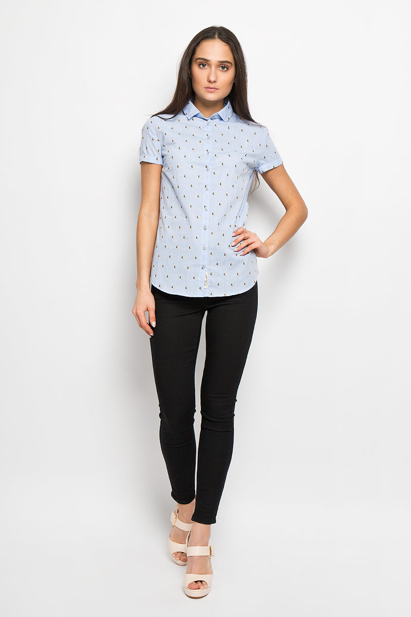 Рубашка женская Lee Cooper, цвет: голубой, бежевый, темно-синий. W20009-0125. Размер L (50)W20009-0125Стильная женская рубашка Lee Cooper, выполненная из натурального хлопка, прекрасно подойдет для повседневной носки. Материал очень мягкий и приятный на ощупь, не сковывает движения и позволяет коже дышать.Рубашка слегка приталенного кроя с отложным воротником и короткими рукавами застегивается на пуговицы по всей длине. Рукава дополнены декоративными отворотами. Изделие оформлено принтом с изображением миниатюрных птичек по всей поверхности.Такая рубашка будет дарить вам комфорт в течение всего дня и станет модным дополнением к вашему гардеробу.