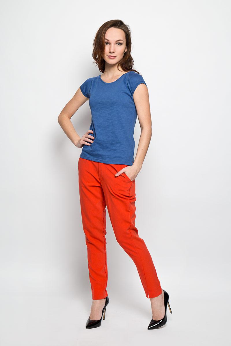 Брюки женские Moodo, цвет: красный. L-SP-2006 CORAL. Размер M (46)L-SP-2006_CORALСтильные женские брюки Moodo выполнены из хлопка и полиэстера с содержанием эластана. Модель зауженного кроя и средней посадки станет отличным дополнением к вашему современному образу. Застегиваются брюки на пуговицу и крючок в поясе и ширинку на застежке-молнии. Изделие имеет шлевки для ремня. В комплект входит тонкий ремешок. Спереди модель оформлена двумя втачными карманами с косыми срезами, сзади и спереди - имитацией прорезных кармашков. Нижняя часть брюк по внешним боковым швам оформлена небольшими разрезами. Эти модные и в тоже время комфортные брюки послужат отличным дополнением к вашему гардеробу. В них вы всегда будете чувствовать себя уютно и комфортно.