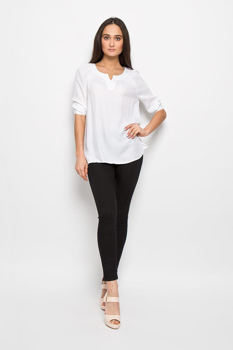 Блузка женская Sela, цвет: молочный. Tw-112/757-6244. Размер L (48)Tw-112/757-6244Очаровательная женская блуза Sela, выполненная из вискозы, подчеркнет ваш уникальный стиль и поможет создать оригинальный женственный образ.Модная блузка свободного кроя с круглым вырезом горловины и рукавами-реглан 3/4 имеет удлиненную спинку. Горловина оформлена вышивкой и декоративным вырезом. Нижняя часть модели по боковым швам дополнена небольшими разрезами. Манжеты рукавов застегиваются на пуговицы.Такая блузка будет дарить вам комфорт в течение всего дня и послужит замечательным дополнением к вашему гардеробу.