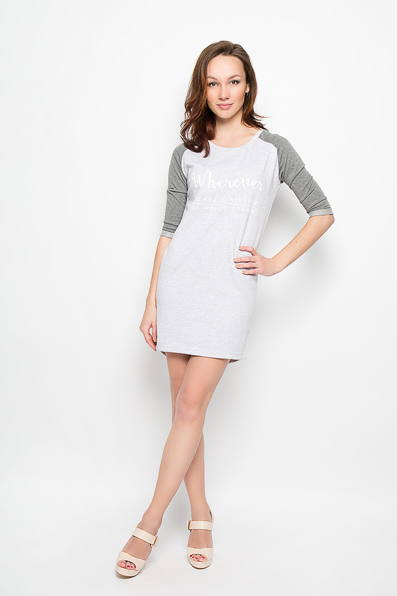 Платье Moodo, цвет: светло-серый меланж, серый. L-SU-2003 GREY MEL. Размер M (46)L-SU-2003_GREY_MELМодное платье Moodo поможет создать отличный современный образ в стиле Casual. Модель, изготовленная из хлопка и вискозы, очень мягкая, тактильно приятная, не сковывает движения и позволяет коже дышать.Платье прямого кроя с круглым вырезом горловины и рукавами-реглан 3/4 оформлено спереди надписями. На рукавах предусмотрены декоративные отвороты. Спинка немного удлинена.Такое платье станет стильным дополнением к вашему гардеробу, оно подарит вам комфорт в течение всего дня!