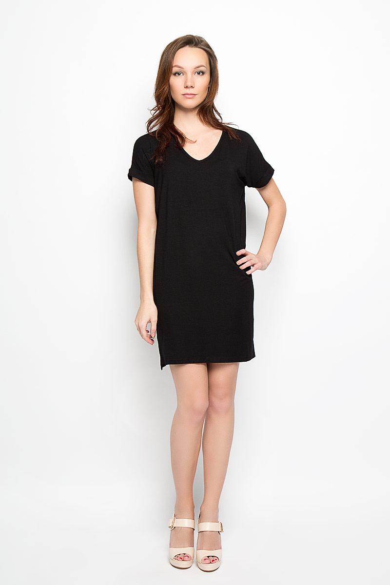 Платье Moodo, цвет: черный. L-SU-2010. Размер M (46)L-SU-2010_BlackСтильное платье Moodo, выполненное из высококачественного материала, прекрасный вариант для модниц. Ткань платья очень мягкая, тактильно приятная, не сковывает движения и хорошо пропускает воздух.Модель с V-образным вырезом горловины и короткими рукавами имеет прямой крой. Рукава дополнены декоративными отворотами. Спинка модели слегка удлинена, по бокам предусмотрены разрезы. Лаконичный дизайн и совершенство стиля подчеркнут вашу индивидуальность.