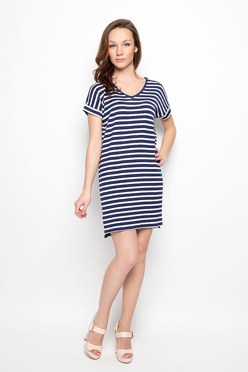 Платье Moodo, цвет: синий, белый. L-SU-2009 NAVY. Размер M (46)L-SU-2009_NAVYМодное платье Moodo поможет создать отличный современный образ в стиле Casual. Модель, изготовленная из вискозы с добавлением эластана, очень мягкая, тактильно приятная, не сковывает движения и позволяет коже дышать.Платье свободного кроя с V-образным вырезом горловины и короткими рукавами-кимоно оформлено принтом в полоску. Вырез горловины дополнен трикотажной резинкой. На рукавах предусмотрены декоративные отвороты. Нижняя часть модели по боковым швам оформлена небольшими разрезами. Такое платье станет стильным дополнением к вашему гардеробу, оно подарит вам комфорт в течение всего дня!