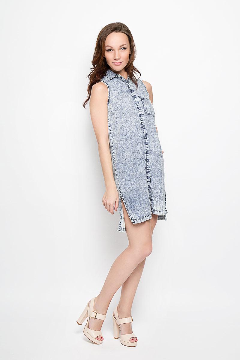 Платье Moodo, цвет: голубой, темно-синий. L-SU-2014. Размер L (48)L-SU-2014_BlueДжинсовое платье Moodo поможет создать яркий и стильный образ. Изготовленное из натурального хлопка, оно легкое, мягкое и приятное на ощупь, позволяет коже дышать.Модель с отложным воротником застегивается по всей длине на кнопки, скрытые за планкой. На груди расположен накладной карман. Спинка модели слегка удлинена, по бокам предусмотрены небольшие разрезы.Такое платье займет достойное место в вашем гардеробе, а также подарит вам комфорт в течение всего дня.