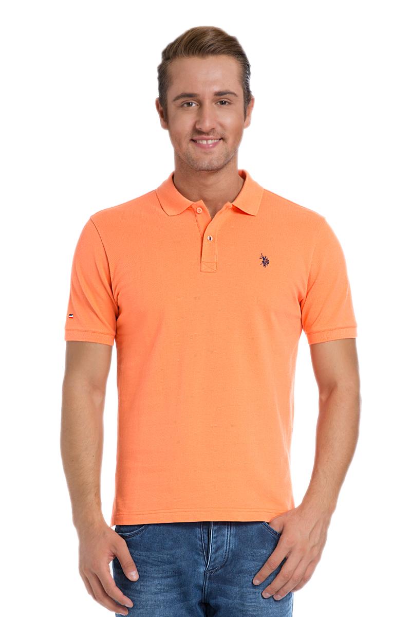 Поло мужское U.S. Polo Assn., цвет: оранжевый. G081SZ0110TP03IY6_VR051. Размер XL (52/54)G081SZ0110TP03IY6_VR051Стильная мужская футболка-поло U.S. Polo Assn., выполненная из натурального хлопка, обладает высокой теплопроводностью, воздухопроницаемостью и гигроскопичностью, позволяет коже дышать.Модель с короткими рукавами и отложным воротником - идеальный вариант для создания оригинального современного образа. Сверху футболка-поло застегивается на две пуговицы. Воротник и низ рукавов выполнены из трикотажной резинки. Модель оформлена на груди небольшой вышивкой. Снизу по бокам имеются небольшие разрезы.