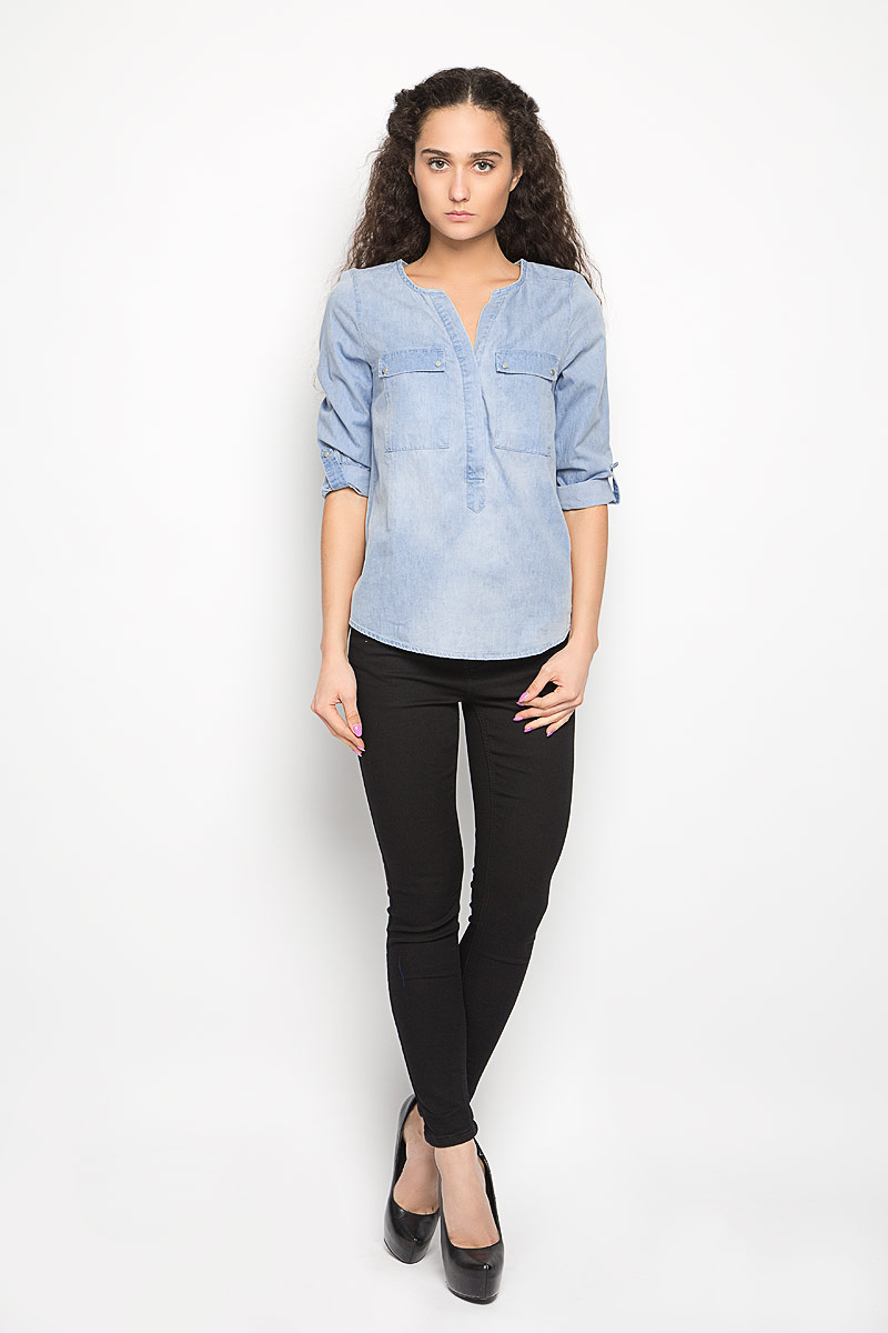 Блузка женская Moodo, цвет: голубой. L-KO-2014 BLUE. Размер S (44)L-KO-2014_BLUEСтильная женская блузка Moodo, выполненная из высококачественного легкого хлопка, подчеркнет ваш уникальный стиль.Блузка свободного кроя с рукавами до локтя и круглым вырезом горловины поможет вам создать неповторимый образ. Изделие застегивается на пуговицы до середины. Спинка модели немного удлинена. Рукава дополнены хлястиками на кнопках, с помощью которых можно сделать рукава короче. Блузка имеет два накладных кармана с клапанами на кнопках. Такая блузка будет дарить вам комфорт в течение всего дня и послужит замечательным дополнением к вашему гардеробу.