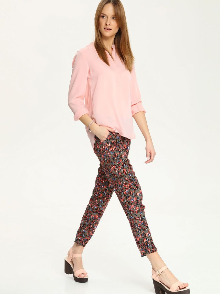 Блузка женская Top Secret, цвет: светло-розовый. SBD0579JR. Размер 42 (48)SBD0579JRЭлегантная женская блуза Top Secret, выполненная из 100% полиэстера, подчеркнет ваш уникальный стиль и поможет создать запоминающийся женственный образ.Блузка с длинными рукавами и V-образным вырезом горловины застегивается на груди на пуговицы, скрытые вертикальной планкой. Манжеты рукавов также застегиваются на пуговицы. Спинка изделия немного удлинена и закруглена. Модель идеально подойдет для жарких летних дней. Такая блузка будет дарить вам комфорт в течение всего дня и послужит замечательным дополнением к вашему гардеробу.