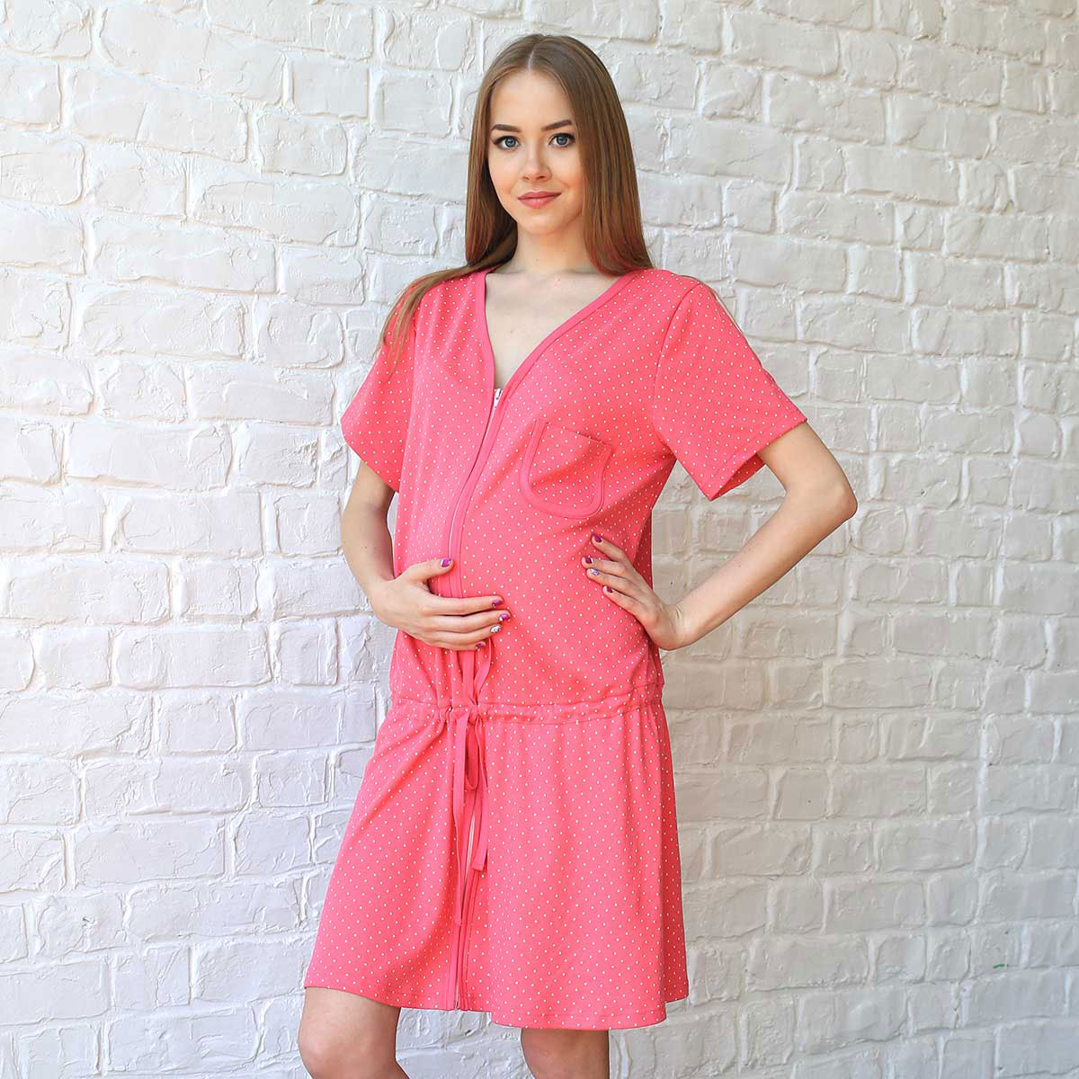 Халат для беременных и кормящих Фэст, цвет: розовый, белый. П62504А. Размер XS (42)П62504АЗамечательный домашний халат для беременных и кормящих мамочек. Застежка на молнию. Под животиком обработана кулиса с завязывающимся поясом. Фэст — одежда по вашей фигуре.