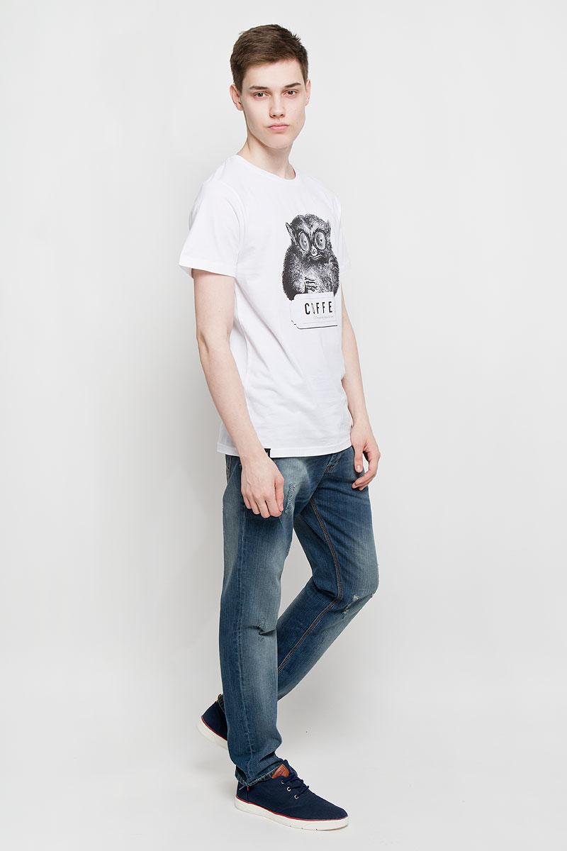 Футболка мужская Dedicated Caffeine Kick, цвет: белый, черный. 14528. Размер M (46)14528Мужская футболка Dedicated Caffeine Kick поможет создать отличный современный образ в стиле Casual. Модель, изготовленная на натурального хлопка, очень мягкая, тактильно приятная, не сковывает движения и позволяет коже дышать.Футболка с круглым вырезом горловины и короткими рукавами спереди оформлена изображением лемура и надписью Coffee. Вырез горловины дополнен трикотажной резинкой.Такая футболка станет стильным дополнением к вашему гардеробу, она подарит вам комфорт в течение всего дня!