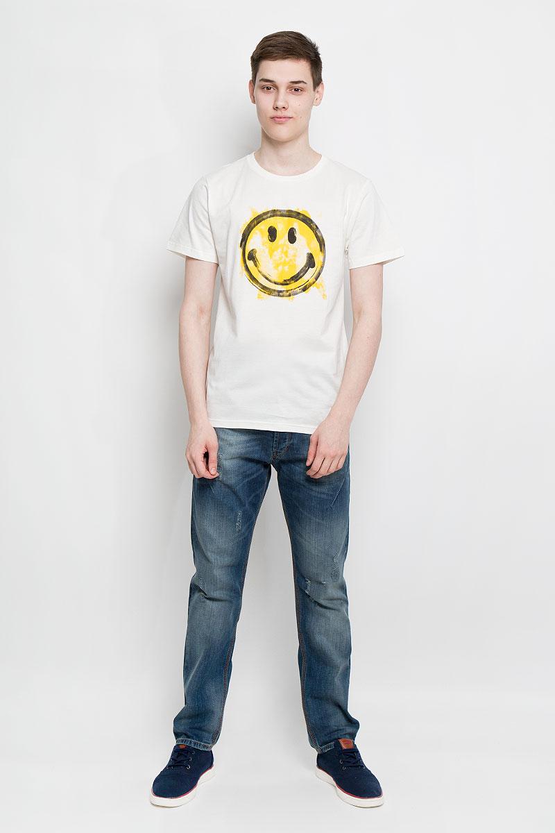 Футболка мужская Dedicated, цвет: молочный, желтый, черный. 14309. Размер L (48)14309Отличная мужская футболка Dedicated выполненная из натурального хлопка, обладает высокой теплопроводностью, воздухопроницаемостью и гигроскопичностью, позволяет коже дышать. Модель прямого покроя с круглым вырезом горловины и короткими рукавами. Горловина обработана трикотажной резинкой, которая предотвращает деформацию после стирки и во время носки. Спереди футболка дополнена оригинальным принтом в виде смайла.Такая футболка подарит вам комфорт в течение всего дня.