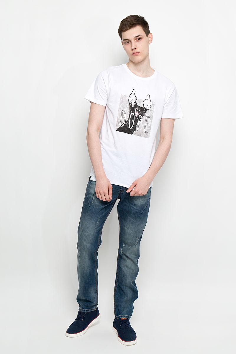 Футболка мужская Dedicated Dore Cat, цвет: белый. 14525. Размер L (48)14525Женская футболка Dedicated Dore Cat поможет создать отличный современный образ в стиле Casual. Модель, изготовленная на натурального хлопка, очень мягкая, тактильно приятная, не сковывает движения и позволяет коже дышать.Футболка с круглым вырезом горловины и короткими рукавами спереди оформлена оригинальным изображением кота и надписью Dore. Вырез горловины дополнен трикотажной резинкой.Такая футболка станет стильным дополнением к вашему гардеробу, она подарит вам комфорт в течение всего дня!