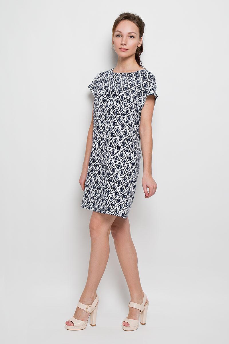 Платье Sela, цвет: темно-синий, белый. Ds-117/751-6217. Размер 48Ds-117/751-6217Элегантное платье Sela выполнено из полиэстера, что обеспечит вам комфорт и удобство при носке. Модель с короткими рукавами-кимоно и круглым вырезом горловины выгодно подчеркнет все достоинства вашей фигуры. Платье застегивается сзади на металлическую застежку-молнию. Модель оформлена оригинальным орнаментом.Это модное и удобное платье станет превосходным дополнением к вашему гардеробу, оно подарит вам удобство и поможет вам подчеркнуть свой вкус и неповторимый стиль.