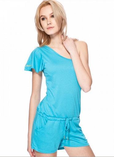 Комбинезон женский Rocawear, цвет: голубой. RB112812. Размер M(46)RB112812Стильный комбинезон Rocawear изготовлен из высококачественного материала. Модель на одно плечо с шортами и ассиметричным вырезом горловины завязывается на талии резинкой с завязками. Спереди оформлены двумя прорезными карманами и небольшой вышивкой сбоку в виде заглавной буквы логотипа фирмы. Он не сковывают движения, обеспечивая наибольший комфорт.В таком замечательном комбинезоне вы будете чувствовать себя уютно и комфортно и на романтическом свидании, а также просто на прогулке. В нем вы всегда будете в центре внимания!