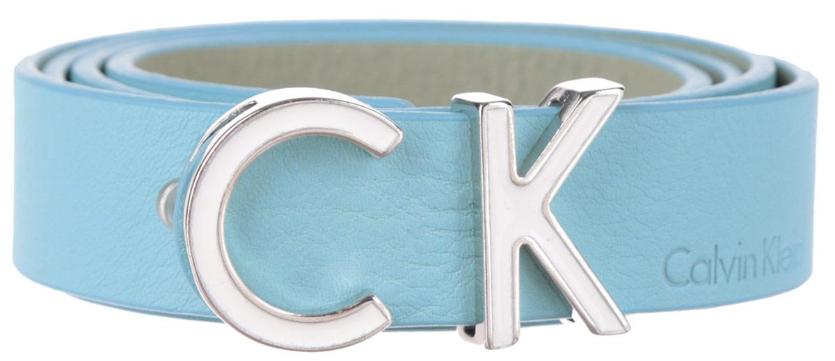 Ремень женский Calvin Klein, цвет: голубой. K60K601090_3030. Размер 8091/0211/243Стильный женский ремень Calvin Klein Jeans станет великолепным дополнением к любому образу.Ремень изготовлен из натуральной кожи и оформлен декоративной пряжкой в виде букв CK и тиснением в виде названия бренда. Ширина изделия дает возможность эффективно применять его с джинсами, брюками или верхней одеждой. Длина ремня регулируется. В комплект входит фирменный чехол.Такой ремень шикарно дополнит образ и не перегрузит его лишними деталями, а также позволит вам подчеркнуть свой вкус и индивидуальность.