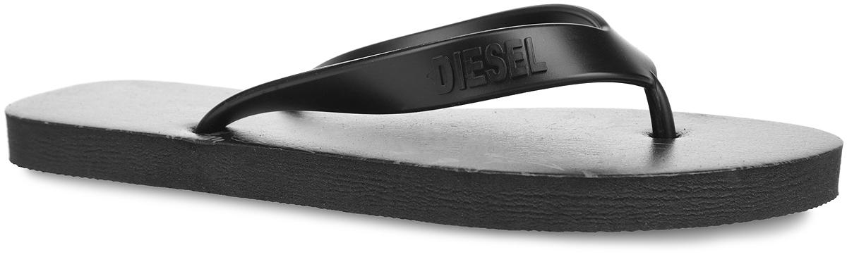 Сланцы женские Diesel, цвет: черный. Y01317-P0961_T8013. Размер 40Y01317-P0961_T8013Чудесные и очень легкие сланцы от Diesel придутся вам по душе. Верх модели выполнен из ПВХ и оформлен на ремешке названием бренда. Ремешки с перемычкой гарантируют надежную фиксацию модели на ноге. Верхняя часть подошвы, изготовленная из искусственного материала, дополнена оригинальным принтом. Рельефное основание подошвы из ЭВА обеспечивает уверенное сцепление с любой поверхностью. Материал ЭВА имеет пористую структуру, обладает великолепными теплоизоляционными и морозостойкими свойствами, 100% водонепроницаемостью, придает обуви амортизационные свойства, мягкость при ходьбе, устойчивость к истиранию подошвы. Удобные сланцы прекрасно подойдут для похода в бассейн или на пляж.