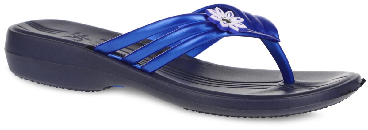 Сланцы женские Дюна, цвет: темно-синий, синий. 819. Размер 35819Чудесные и очень легкие сланцы от Дюна придутся вам по душе. Верх модели выполнен из ПВХ и оформлен на ремешке декоративным элементом. Ремешки с перемычкой гарантируют надежную фиксацию модели на ноге. Верхняя часть подошвы, изготовленная из ЭВА материала, дополнена фирменным тиснением и рифлением, предотвращающим выскальзывание ноги. Материал ЭВА имеет пористую структуру, обладает великолепными теплоизоляционными и морозостойкими свойствами, 100% водонепроницаемостью, придает обуви амортизационные свойства, мягкость при ходьбе, устойчивость к истиранию подошвы. Рельефное основание подошвы обеспечивает уверенное сцепление с любой поверхностью. Удобные сланцы прекрасно подойдут для похода в бассейн или на пляж.