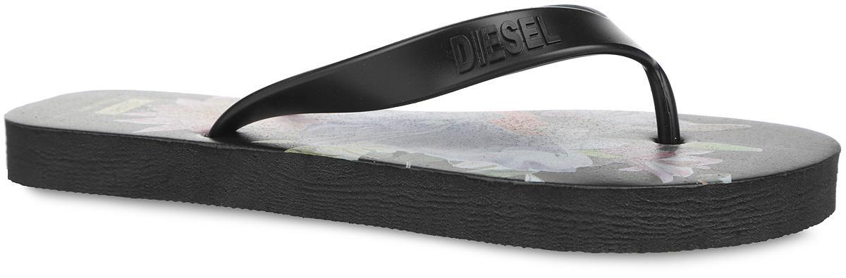 Сланцы женские Diesel, цвет: черный. Y01317-P0960_T8013. Размер 38Y01317-P0960_T8013Чудесные и очень легкие сланцы от Diesel придутся вам по душе. Верх модели выполнен из ПВХ и оформлен на ремешке названием бренда. Ремешки с перемычкой гарантируют надежную фиксацию модели на ноге. Верхняя часть подошвы, изготовленная из искусственного материала, дополнена цветочным принтом и изображением двух волков. Рельефное основание подошвы из ЭВА обеспечивает уверенное сцепление с любой поверхностью. Материал ЭВА имеет пористую структуру, обладает великолепными теплоизоляционными и морозостойкими свойствами, 100% водонепроницаемостью, придает обуви амортизационные свойства, мягкость при ходьбе, устойчивость к истиранию подошвы. Удобные сланцы прекрасно подойдут для похода в бассейн или на пляж.
