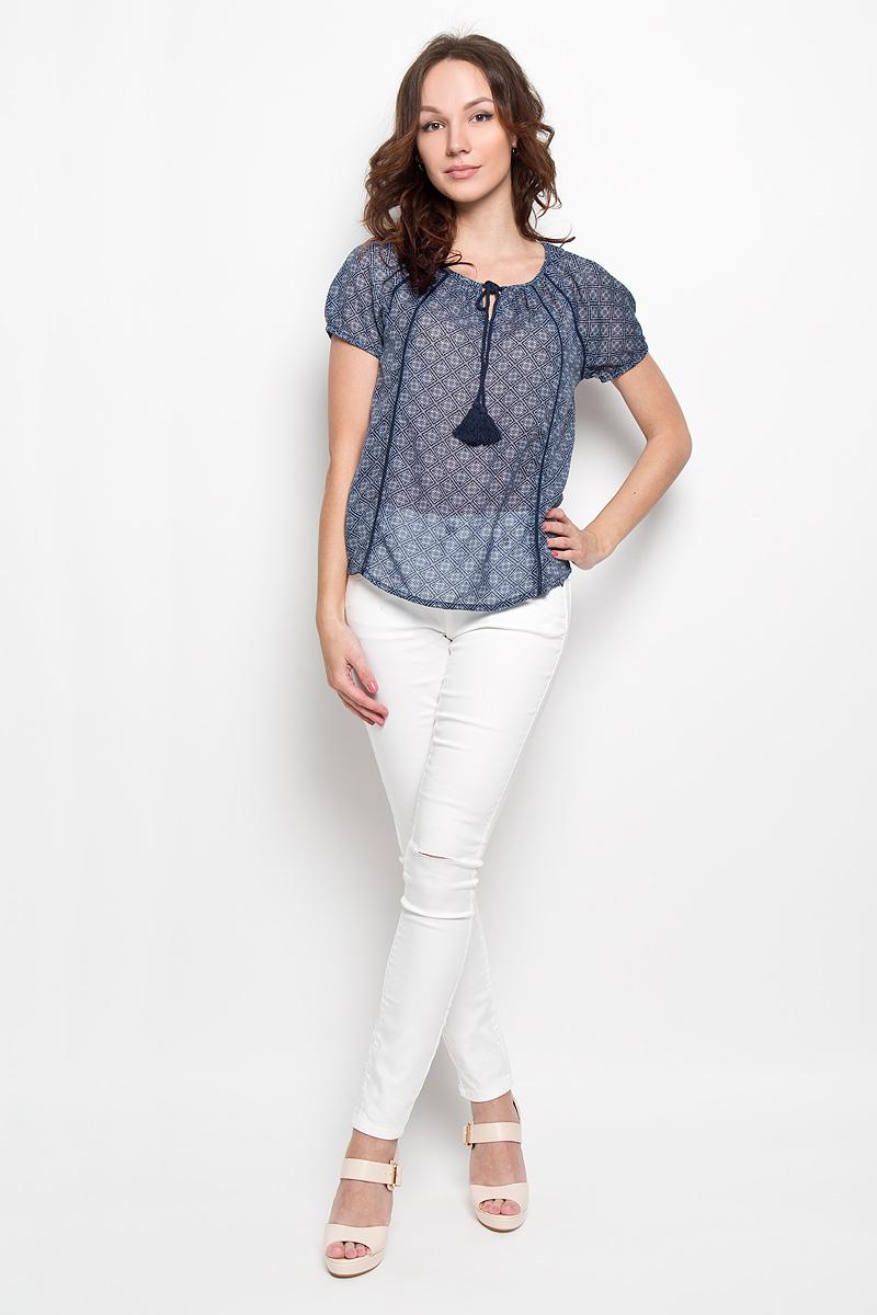 Блузка женская Broadway Estera, цвет: темно-синий. 10156253 598. Размер S (44)10156253 598Стильная женская блуза Broadway Estera, выполненная из 100% полиэстера, подчеркнет ваш уникальный стиль и поможет создать оригинальный женственный образ. Легкая блузка с круглым вырезом горловины, который дополнен завязками с кисточками, и короткими рукавами оформлена оригинальным принтом. Спинка блузки слегка удлинена.Модель идеально подойдет для жарких летних дней. Такая блузка будет дарить вам комфорт в течение всего дня и послужит замечательным дополнением к вашему гардеробу.