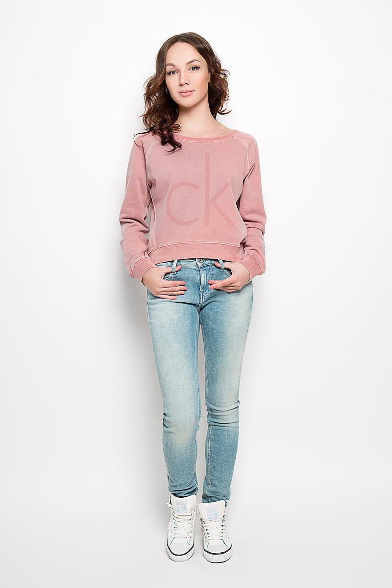 Джемпер женский Calvin Klein Jeans, цвет: темно-розовый. J2EJ204355_0490. Размер S (42)LD 008-01Стильный женский джемпер от Calvin Klein, выполненный из высококачественного материала, будет отличным дополнением в вашем гардеробе. Модель прямого кроя с длинными рукавами-реглан и круглым вырезом горловины оформлена оригинальным принтом и небольшой металлической нашивкой с названием бренда. Вырез горловины, манжеты и низ кофты выполнены вязкой резинка. Спинка немного удлинена. Классический покрой, лаконичный дизайн, безукоризненное качество. Идеальный вариант для тех, кто ценит комфорт и качество.