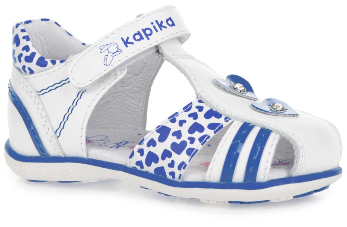 Сандалии для девочки Kapika, цвет: белый, синий. 31209-1. Размер 2431209-1Восхитительные сандалии от Kapika придутся по душе вашей малышке!Модель выполнена из натуральной и искусственной кожи разной фактуры и оформлена по канту, на переднем ремешке принтом в виде сердец, на верхнем ремешке - фирменным принтом, на заднике и втором нижнем ремешке - нашивками в виде контрастных полосок, в области подъема - аппликациями в виде сердец, инкрустированными стразами. Полужесткий закрытый задник и ремешок на застежке-липучке обеспечивают оптимальную посадку обуви на ноге, не давая ей смещаться из стороны в сторону и назад. Подкладка и стелька из натуральной кожи позволяют ножкам дышать. Стелька дополнена супинатором, который обеспечивает правильное положение ноги ребенка при ходьбе, предотвращает плоскостопие. Подошва оформлена контрастной полоской. Рифленая поверхность подошвы гарантирует отличное сцепление с любыми поверхностями. Стильные сандалии поднимут настроение вам и вашей дочурке!