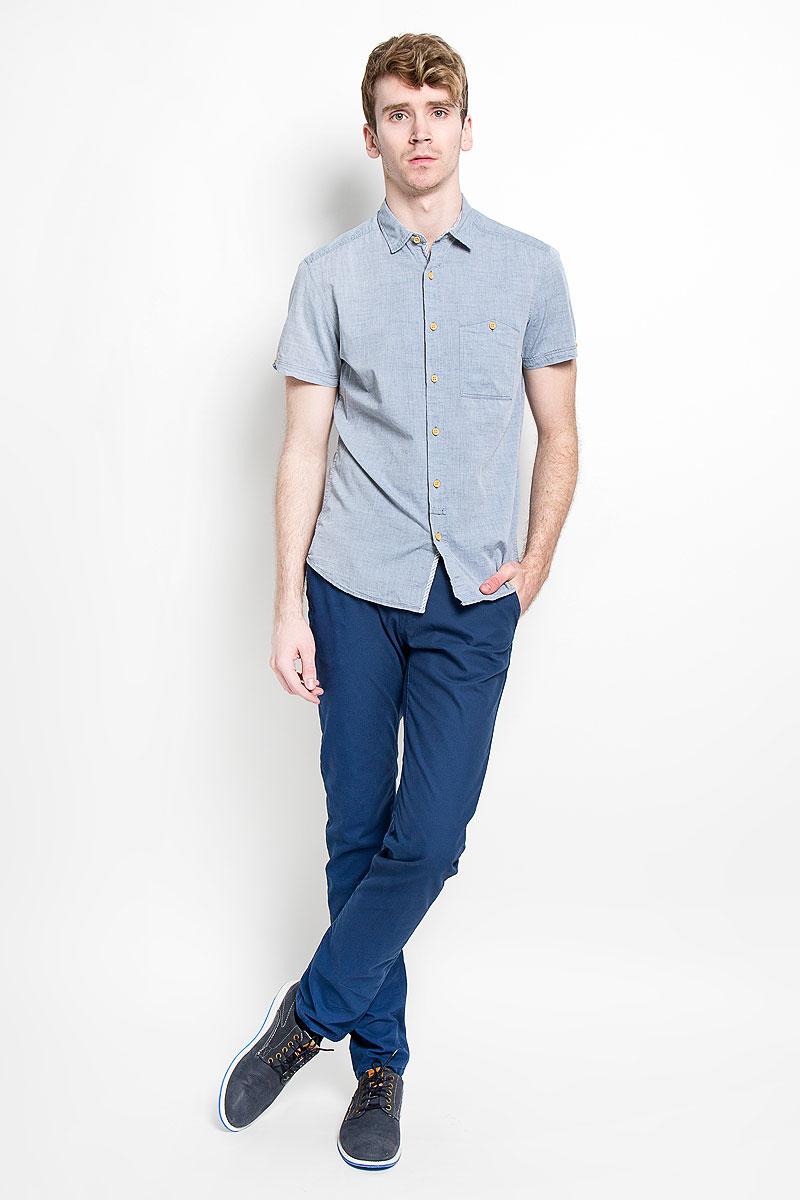 Рубашка мужская Tom Tailor Denim, цвет: серый. 2031779.00.12_6748. Размер S (46)2031779.00.12_6748Модная мужская рубашка Tom Tailor Denim прекрасно подойдет для повседневной носки. Благодаря своему составу, в который входит натуральный хлопок, изделие очень мягкое и приятное на ощупь, не сковывает движения и хорошо пропускает воздух.Рубашка с отлодным воротником и короткими рукавами застегивается на пуговицы по всей длине. Спереди модель дополнена накладным карманом, который застегивается на пуговицу, а сзади вышитым логотипом бренда. Такая модель будет дарить вам комфорт в течение всего дня и станет стильным дополнением к вашему гардеробу.