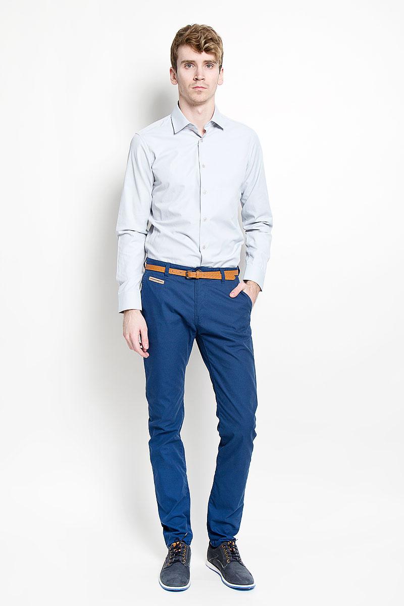 Рубашка мужская KarFlorens, цвет: белый, светло-серый. SW 55_05. Размер 43/44 (54/176)SW 55-05Мужская рубашка KarFlorens, изготовленная из высококачественного хлопка с добавлением микрофибры, необычайно мягкая и приятная на ощупь, она не сковывает движения и позволяет коже дышать, обеспечивая комфорт.Модель с длинными рукавами и отложным воротником застегивается на пластиковые пуговицы, которые декорированы названием бренда. Манжеты со срезанными уголками и регулировкой ширины также застегиваются на пуговицы. Такая рубашка станет идеальным вариантом для повседневного гардероба. Она порадует настоящих ценителей комфорта и практичности!