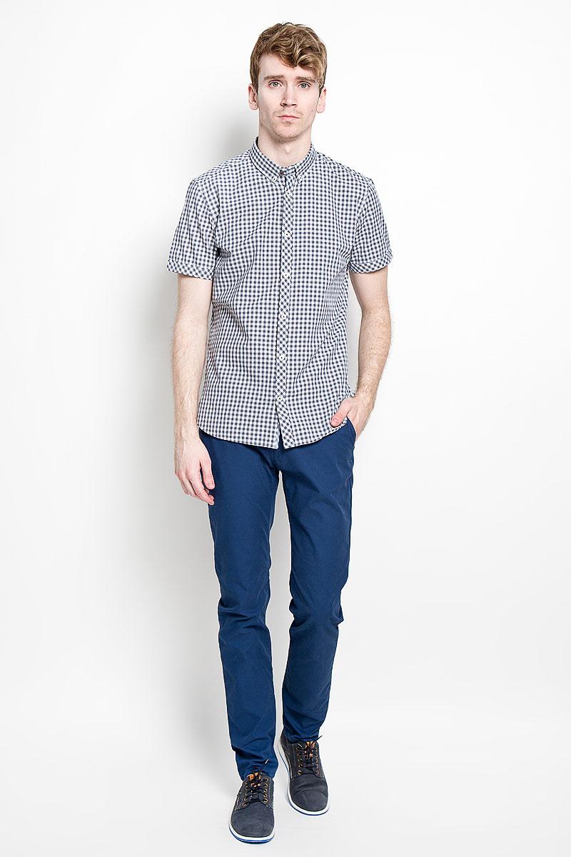 Рубашка мужская Tom Tailor, цвет: белый, серый, черный. 2031663.00.10_6593. Размер S (46)2031663.00.10_6593Мужская рубашка Tom Tailor, изготовленная из 100% хлопка, необычайно мягкая и приятная на ощупь, она не сковывает движения и позволяет коже дышать, обеспечивая комфорт.Модель с короткими рукавами и отложным воротником застегивается на пластиковые пуговицы по всей длине. Воротник фиксируется при помощи двух дополнительных пуговиц. Низ изделия имеет округлую форму.Такая рубашка станет идеальным вариантом для повседневного гардероба. Она порадует настоящих ценителей комфорта и практичности!