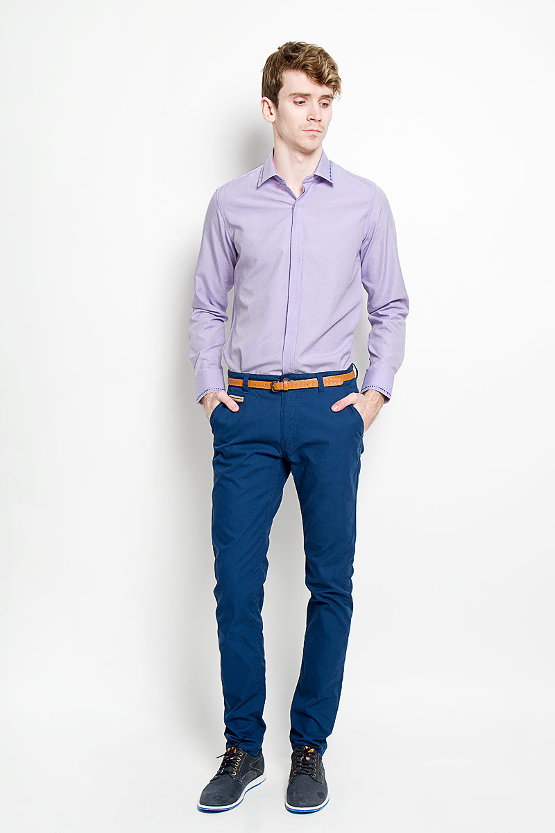 Рубашка мужская KarFlorens, цвет: сиреневый. SW 52-02. Размер 41/42 (50-52/182)SW 52-02Стильная мужская рубашка KarFlorens, изготовленная из высококачественного хлопка с добавлением микрофибры, необычайно мягкая и приятная на ощупь, не сковывает движения и позволяет коже дышать, обеспечивая наибольший комфорт.Модная рубашка с отложным воротником, длинными рукавами и полукруглым низом застегивается на пластиковые пуговицы. Изделие имеет потайную планку с пуговицами. Пуговицы декорированы логотипом бренда. Рукава дополнены манжетами на пуговицах. Воротник и манжеты оформлены оригинальным орнаментом пунктир. На правой манжете - вышивка с логотипом бренда. Сзади рубашка украшена неширокой складкой-планкой вдоль всей спины. Эта рубашка станет идеальным вариантом для мужского гардероба.Такая модель порадует настоящих ценителей комфорта и практичности!
