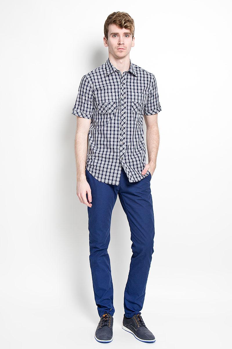 Рубашка мужская KarFlorens, цвет: темно-синий, белый. SW 86-03. Размер 43/44 (54/176)SW 86-03Мужская рубашка KarFlorens, изготовленная из высококачественного хлопка, необычайно мягкая и приятная на ощупь, она не сковывает движения и позволяет коже дышать, обеспечивая комфорт.Модель приталенного кроя, с отложным воротником, короткими рукавами и полукруглым низом застегивается на металлические пуговицы. Пуговицы декорированы логотипом KarFlorens, а также на спинке расположена фирменная вышивка. Модель оформлена стильным принтом в клетку. Рукава изделия дополнены патами на пуговицах. На груди предусмотрены нашивные карманы с клапанами.Эта рубашка - идеальный вариант для повседневного гардероба. Такая модель порадует настоящих ценителей комфорта и практичности!