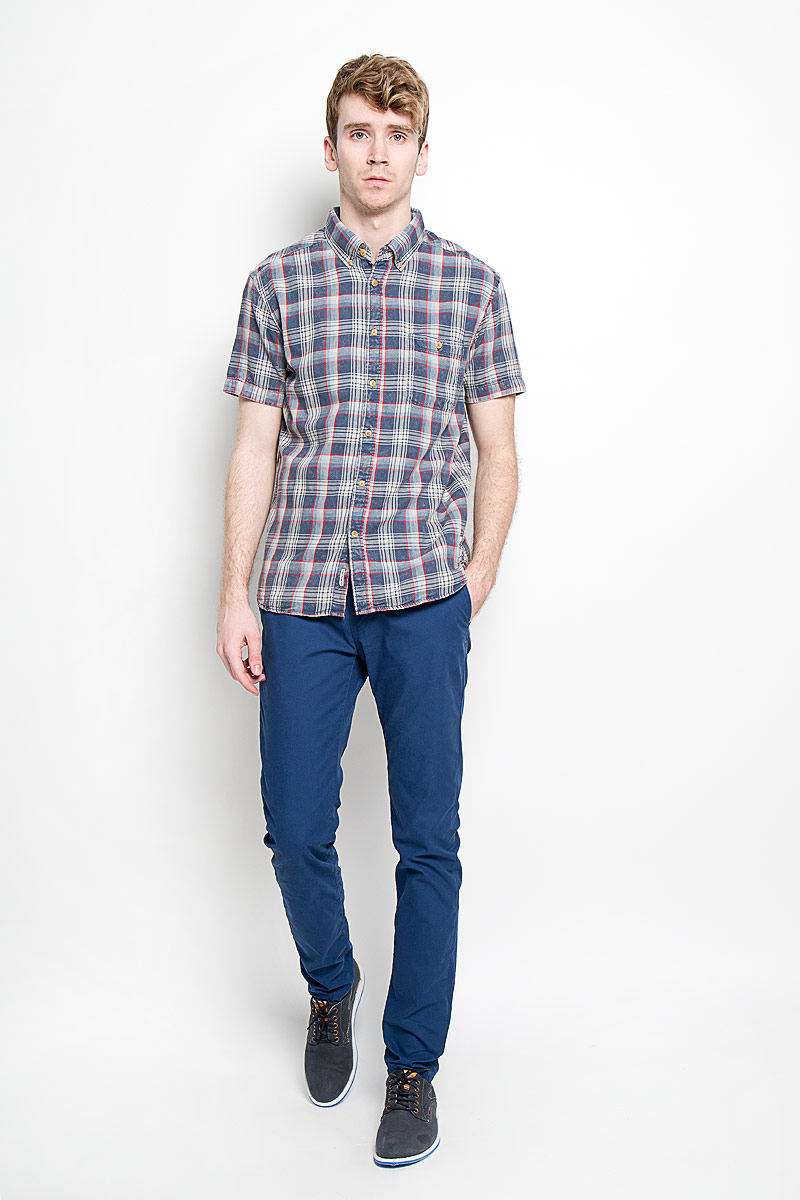 Рубашка мужская Quiksilver, цвет: синий, белый, красный. EQYWT03291-BRQ1. Размер L (50/52)EQYWT03291-BRQ1Стильная мужская рубашка Quiksilver, изготовленная из высококачественного хлопка, необычайно мягкая и приятная на ощупь, не сковывает движения и позволяет коже дышать, обеспечивая наибольший комфорт.Модная рубашка с отложным воротником, короткими рукавами и полукруглым низом застегивается на пластиковые пуговицы. Модель оформлена стильным принтом в клетку. Уголки воротника фиксируются на пуговицы. На груди расположен накладной карман. Эта рубашка идеально подойдет для повседневного гардероба.Такая модель порадует настоящих ценителей комфорта и практичности!