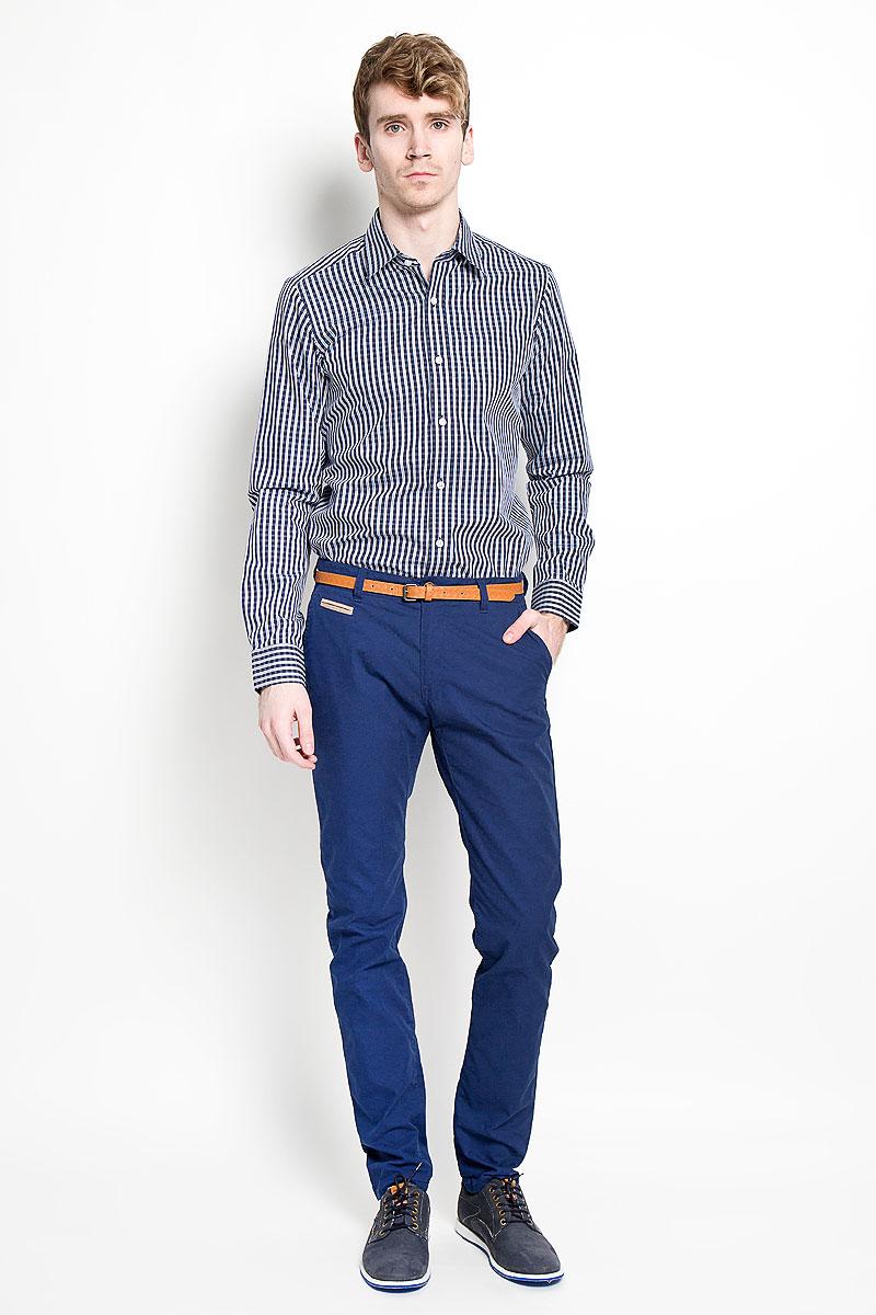 Рубашка мужская KarFlorens, цвет: темно-синий, белый. SW 67-01. Размер 41/42 (50-52/182)SW 67-01Мужская рубашка KarFlorens, изготовленная из высококачественного хлопка, необычайно мягкая и приятная на ощупь, она не сковывает движения и позволяет коже дышать, обеспечивая комфорт.Модель приталенного кроя, с отложным воротником, длинными рукавами и полукруглым низом застегивается на пластиковые пуговицы. Манжеты со шлицами, срезанными уголками и застежкой на пуговицы. Ширину манжет можно варьировать, благодаря дополнительной пуговице. Пуговицы декорированы логотипом KarFlorens, на правой манжете расположена вышивка-логотип. Модель оформлена стильным принтом в клетку.Эта рубашка - идеальный вариант для повседневного гардероба. Такая модель порадует настоящих ценителей комфорта и практичности!