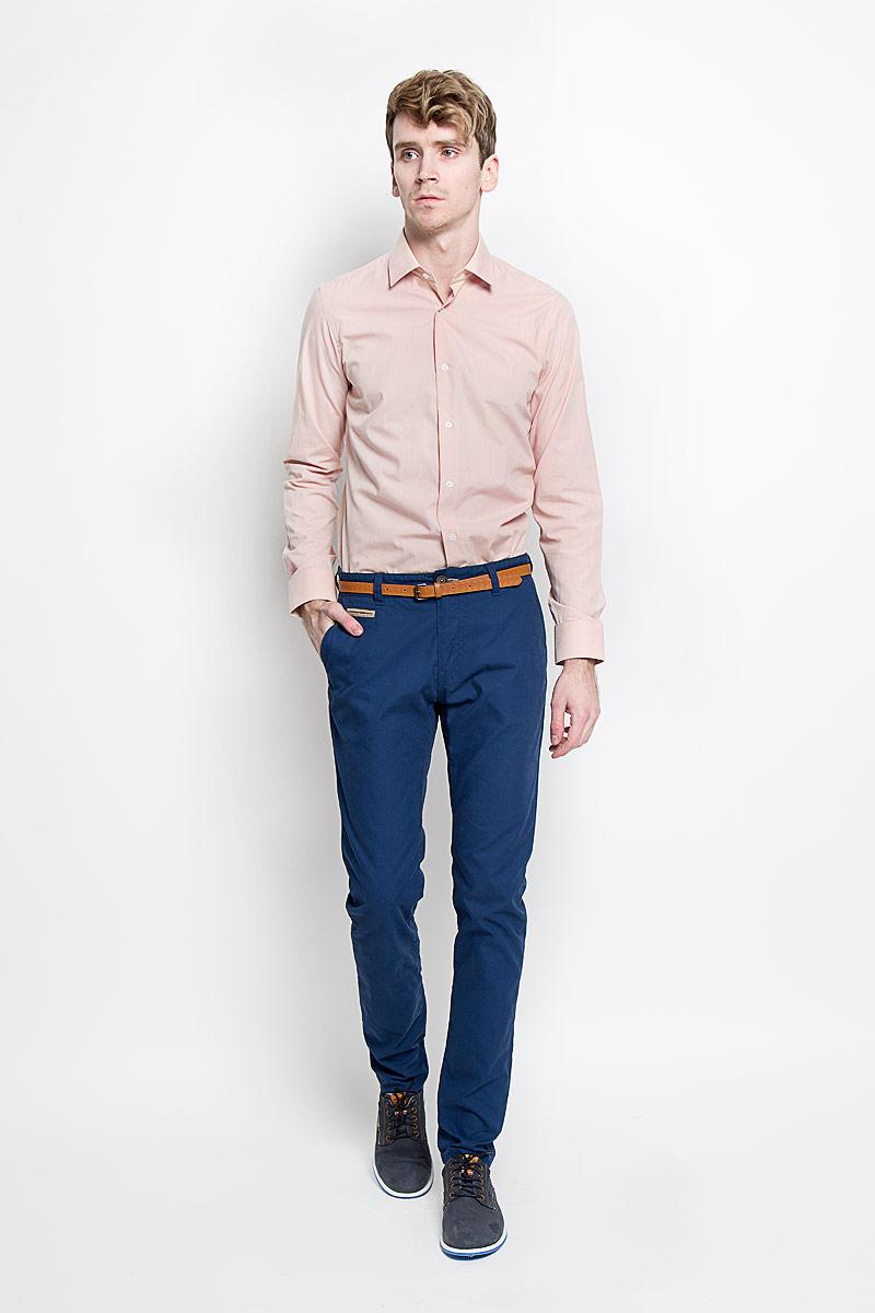 Рубашка мужская KarFlorens, цвет: розово-бежевый. SW 49-04. Размер 41/42 (50-52/176)SW 49-04Стильная мужская рубашка KarFlorens, изготовленная из высококачественного хлопка с добавлением микрофибры, необычайно мягкая и приятная на ощупь, не сковывает движения и позволяет коже дышать, обеспечивая наибольший комфорт.Модная рубашка с отложным воротником, длинными рукавами и полукруглым низом застегивается на пластиковые пуговицы. Пуговицы декорированы логотипом бренда. Манжеты рукавов с застежкой на пуговицы имеют срезанные уголки и регулируются по ширине. На правом манжете - вышивка с логотипом бренда. Эта рубашка станет идеальным вариантом для мужского гардероба, она прекрасно сочетается и с брюками, и с джинсами.Такая модель порадует настоящих ценителей комфорта и практичности!