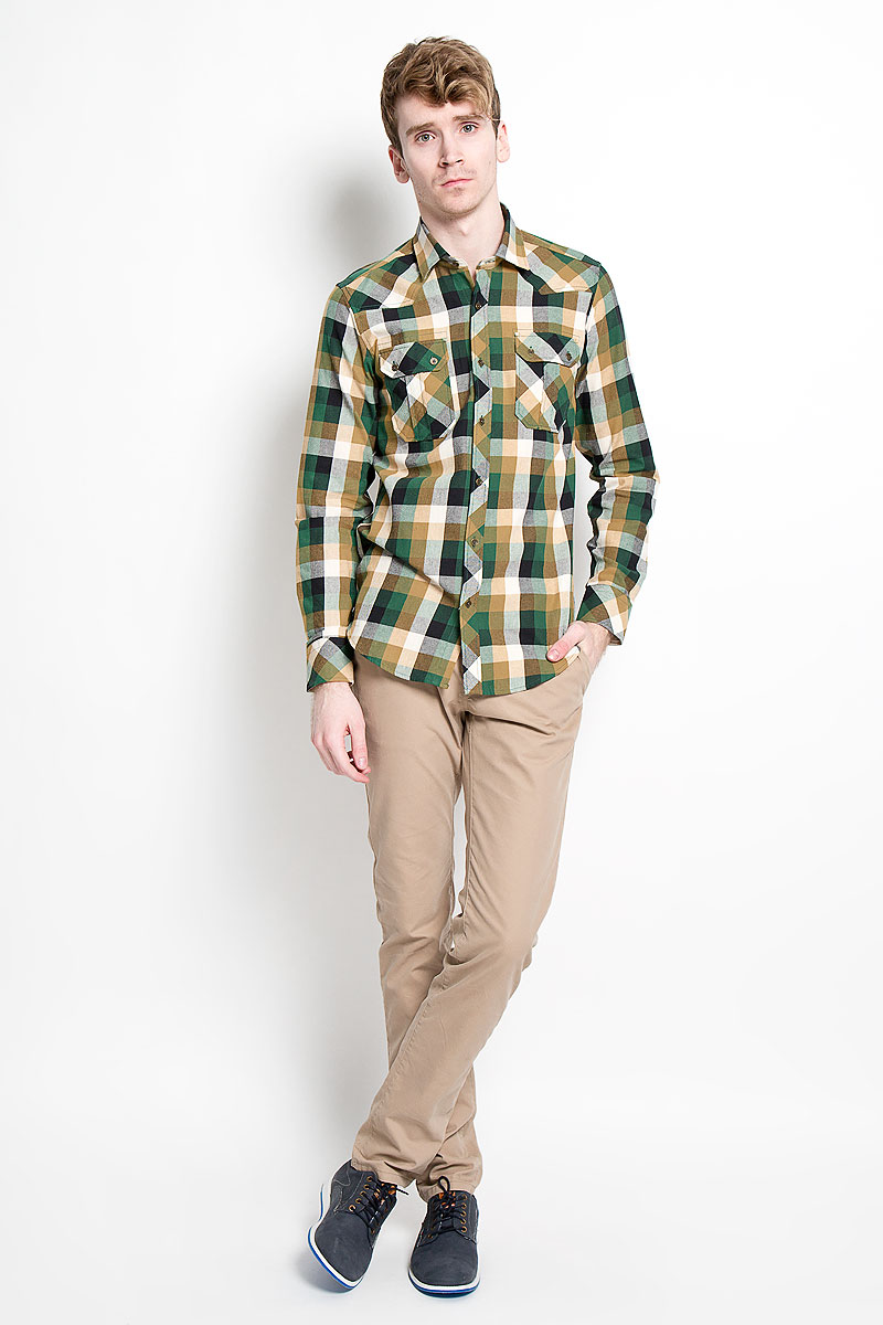 Рубашка мужская KarFlorens, цвет: белый, светло-коричневый, темно-зеленый. SW 65_01. Размер 39/40 (48/176)SW 65_01Мужская рубашка KarFlorens, изготовленная из высококачественного хлопка с добавлением микрофибры, необычайно мягкая и приятная на ощупь, она не сковывает движения и позволяет коже дышать, обеспечивая комфорт.Модель приталенного кроя с длинными рукавами и отложным воротником застегивается на металлические пуговицы, которые декорированы названием бренда. Манжеты со срезанными уголками могут регулироваться по ширине. На груди предусмотрены два накладных кармана с клапанами, которые также застегиваются на пуговицы. Низ изделия имеет округлую форму.Такая рубашка станет идеальным вариантом для повседневного гардероба. Она порадует настоящих ценителей комфорта и практичности!