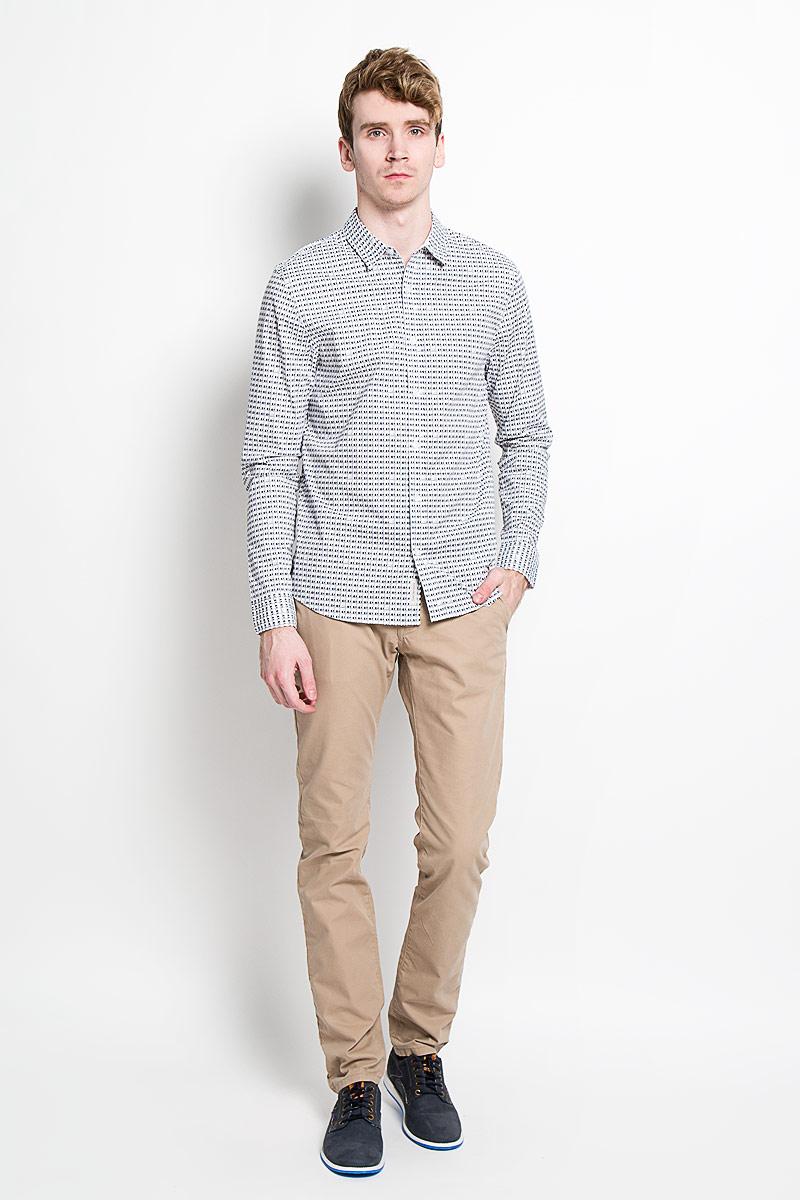 Рубашка мужская Calvin Klein Jeans, цвет: белый, черный. J3IJ303672_1120. Размер M (46/48)65160004Стильная мужская рубашка Calvin Klein Jeans станет прекрасным дополнением к вашему гардеробу. Она выполнена из натурального хлопка с добавлением эластана, обладает высокойтеплопроводностью, воздухопроницаемостью и гигроскопичностью, позволяет коже дышать, тем самым обеспечивая наибольший комфорт при носке даже жарким летом. Модель силуэта slim fit с длинными рукавами и отложным воротником застегивается на пуговицы. Рукава дополнены манжетами на пуговицах. Рубашка оформлена оригинальным принтом. Такая рубашка будет дарить вам комфорт и уверенность в течение всего дня.