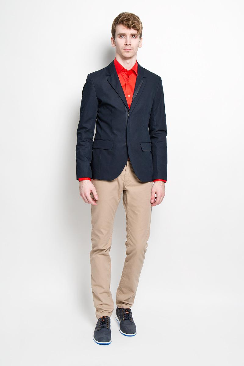Пиджак мужской Tom Tailor, цвет: темно-синий. 3922496.00.15_6911. Размер M (48)3922496.00.15_6911Стильный мужской пиджак Tom Tailor, изготовленный из плотного хлопкового материала с добавлением льна, не сковывает движений, обеспечивая наибольший комфорт.Модель приталенного кроя с длинными рукавами и воротником с лацканами застегивается спереди на застежку-молнию. Пиджак дополнен двумя накладными карманами. На внутренней стороне - врезной потайной карман на пуговице и один врезной кармана без застежки. На спинке предусмотрена шлица, расположенная в среднем шве.Этот модный пиджак станет отличным дополнением к вашему гардеробу.