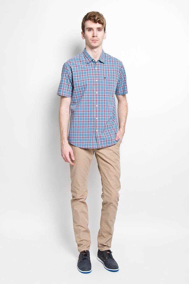 Рубашка мужская Quiksilver, цвет: синий, бордовый. EQYWT03269-BNC1. Размер S (44/46)EQYWT03269-BNC1Мужская рубашка Quiksilver, изготовленная из 100% хлопка, необычайно мягкая и приятная на ощупь, она не сковывает движения и позволяет коже дышать, обеспечивая комфорт.Модель с короткими рукавами и отложным воротником застегивается на пластиковые пуговицы по всей длине. На груди предусмотрен накладной карман. Низ изделия имеет округлую форму.Такая рубашка станет идеальным вариантом для повседневного гардероба. Она порадует настоящих ценителей комфорта и практичности!