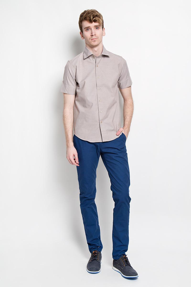Рубашка мужская KarFlorens, цвет: серо-бежевый. SW 70-02. Размер 39/40 (48/176)SW 70-02Стильная мужская рубашка KarFlorens, изготовленная из высококачественного хлопка с добавлением микрофибры, необычайно мягкая и приятная на ощупь, не сковывает движения и позволяет коже дышать, обеспечивая наибольший комфорт.Модная рубашка приталенного кроя с отложным воротником, короткими рукавами и полукруглым низом застегивается на пластиковые пуговицы. Пуговицы выполнены с теснением логотипа бренда. Воротник сзади украшен фирменной вышивкой. Рукава дополнены широкими манжетами, которые при желании можно подвернуть. Эта рубашка идеальный вариант для повседневного гардероба.Такая модель порадует настоящих ценителей комфорта и практичности!