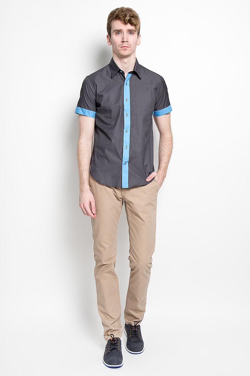 Рубашка мужская KarFlorens, цвет: темно-серый, голубой. SW 69_02. Размер 43/44 (54/182)SW 69_02Мужская рубашка KarFlorens, изготовленная из высококачественного хлопка с добавлением микрофибры, необычайно мягкая и приятная на ощупь, она не сковывает движения и позволяет коже дышать, обеспечивая комфорт.Модель с короткими рукавами и отложным воротником застегивается на пластиковые пуговицы, которые декорированы названием бренда. Планка и края рукавов - контрастного цвета.Такая рубашка станет идеальным вариантом для повседневного гардероба. Она порадует настоящих ценителей комфорта и практичности!
