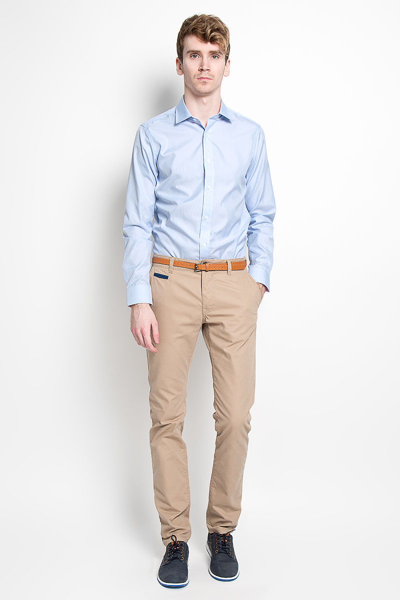 Рубашка мужская KarFlorens, цвет: голубой. SW 66-06. Размер 41/42 (50/52-182)SW 66-06Мужская рубашка KarFlorens, изготовленная из высококачественного хлопка с добавлением микрофибры, необычайно мягкая и приятная на ощупь, она не сковывает движения и позволяет коже дышать, обеспечивая комфорт.Модель с классическим отложным воротником, длинными рукавами и полукруглым низом, застегивается на пластиковые пуговицы. Манжеты со срезанными уголками, с застежкой на пуговицы. Ширину манжет можно варьировать благодаря дополнительной пуговице. Пуговицы декорированы логотипом KarFlorens, на правой манжете - вышивка-логотип. Модель оформлена стильным принтом в микрополоску. Внутренняя часть воротника и манжет выполнена из контрастного материала с оригинальным узором. Эта рубашка - идеальный вариант для повседневного гардероба. Такая модель порадует настоящих ценителей комфорта и практичности!