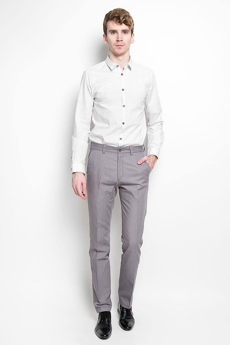 Рубашка мужская Tom Tailor, цвет: белый, серый. 2031648.00.15_2000. Размер M (48)2031648.00.15_2000Стильная мужская рубашка Tom Tailor, выполненная из 100% хлопка, обладает высокой теплопроводностью, воздухопроницаемостью и гигроскопичностью, позволяет коже дышать, тем самым обеспечивая наибольший комфорт при носке. Модель классического кроя с отложным воротником застегивается на пуговицы по всей длине. Длинные рукава рубашки дополнены манжетами на пуговицах. При желании рукава можно закатать и зафиксировать при помощи хлястика на застежке-кнопке.Такая рубашка поможет создать великолепный стильный образ.