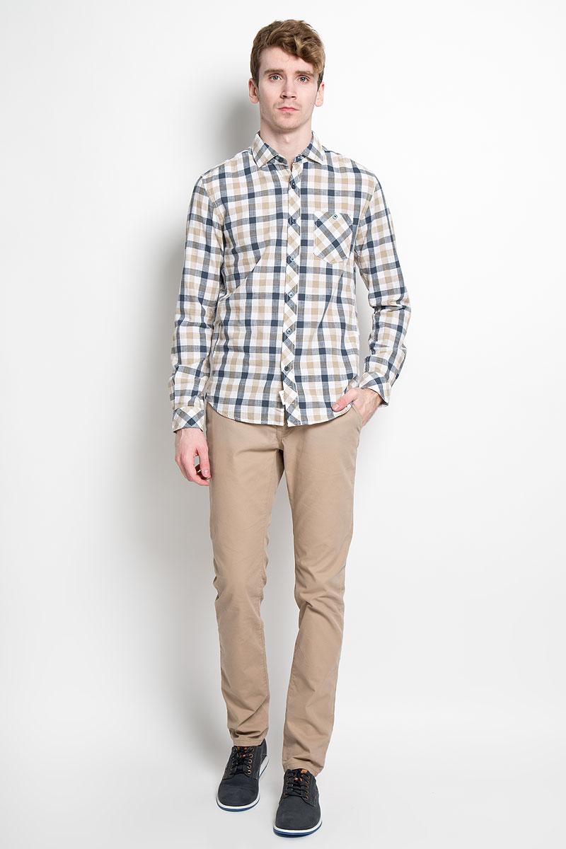 Рубашка мужская Tom Tailor Denim, цвет: бежевый, белый, синий. 2031777.00.12_8579. Размер S (46)2031777.00.12_8579Мужская рубашка Tom Tailor Denim, выполненная из натурального 100% хлопка, прекрасно подойдет для повседневной носки. Материал очень легкий, мягкий и приятный на ощупь, не сковывает движения и позволяет коже дышать. Рубашка классического кроя с отложным воротником и длинными рукавами застегивается на пластиковые пуговицы по всей длине. На груди предусмотрен накладной карман, который также застегивается на пуговицу. Низ изделия имеет округлую форму. Такая модель будет дарить вам комфорт в течение всего дня и станет стильным дополнением к вашему гардеробу.