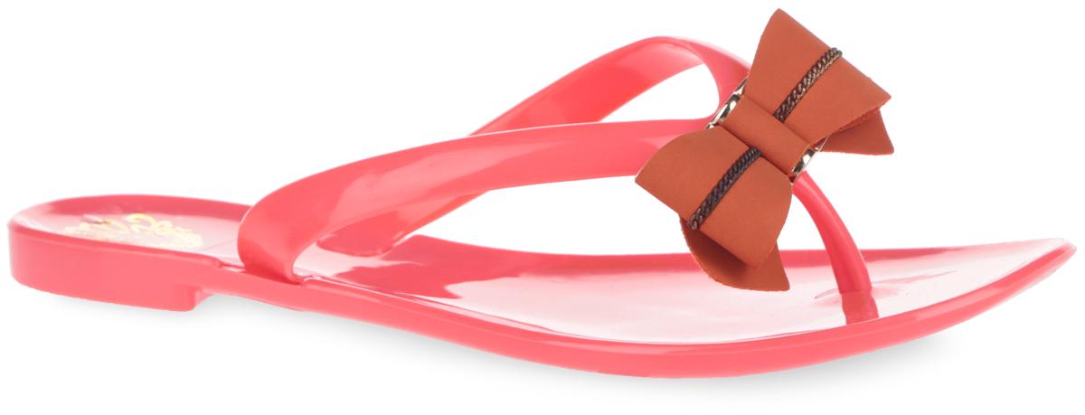 Сланцы женские Mon Ami, цвет: коралловый, кирпичный. 27342_CORAL. Размер 3727342_CORALПрелестные женские сланцы Mon Ami покорят вас с первого взгляда. Модель выполнена из ПВХ и оформлена на ремешке роскошной аппликацией в виде банта, дополненной декоративными металлическими элементами. Ремешки с перемычкой гарантируют надежную фиксацию изделия на ноге. Рельефное основание подошвы обеспечивает уверенное сцепление с любой поверхностью. Удобные сланцы прекрасно подойдут для похода в бассейн или на пляж.